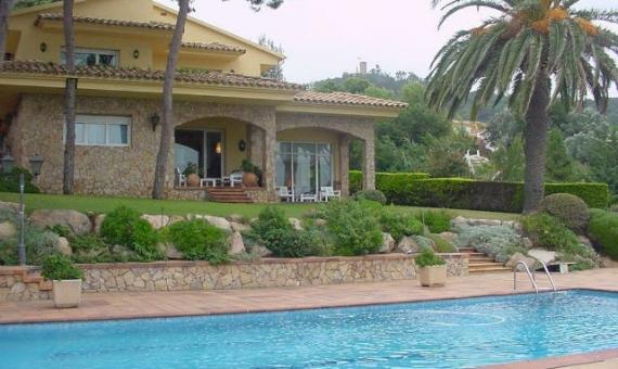 Вилла на участке 1900м2 с бассейном и гаражем в Бланесе | 12406-0-570x340-jpg