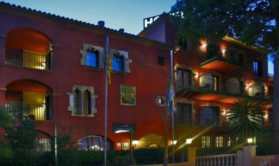 Продажа треxзвездочного отеля в Кастельдефельсе | 002724-pool-570x340-jpg