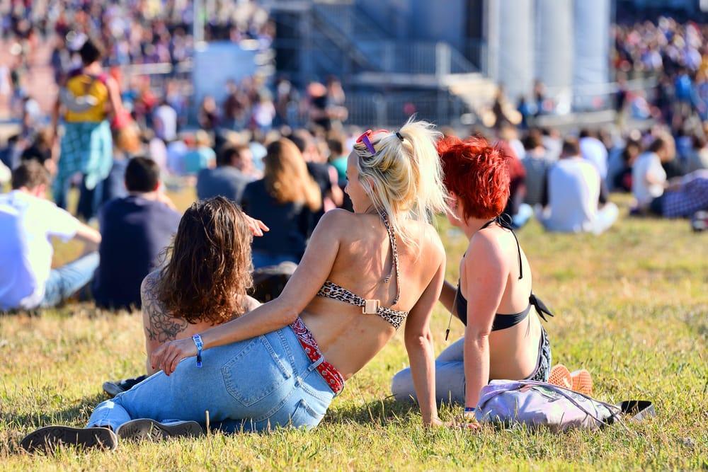 Девушки в купальниках на фестивале Примавера