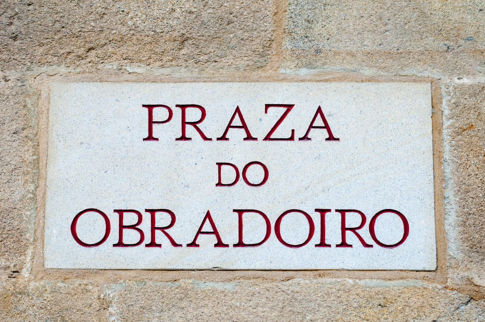 Табличка с названием площади на галисийском
