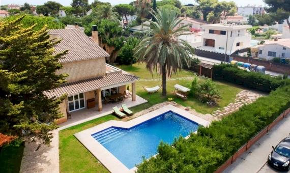 Дом на большом участке рядом с морем в Кастельдефельсе | image-0416-570x340-jpg