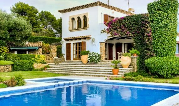 Трехэтажный дом с земельным участком 2.000 м2 в Плайя-де-Аро | image-3-2-1-570x340-jpg